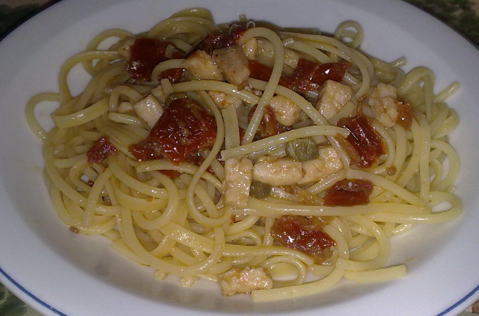 Spaghetti con pesce spada affumicato e pomodori