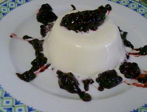 Panna cotta con salsa di more