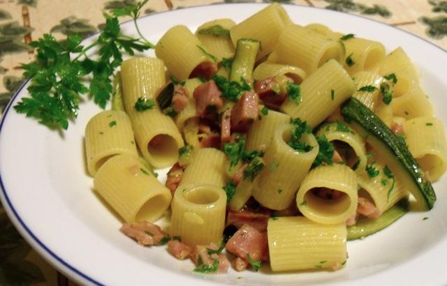 Mezze maniche con tonno rosso affumicato e zucchine