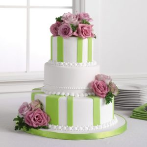 Torta-a-stisce-verdi-e-fiori-rosa
