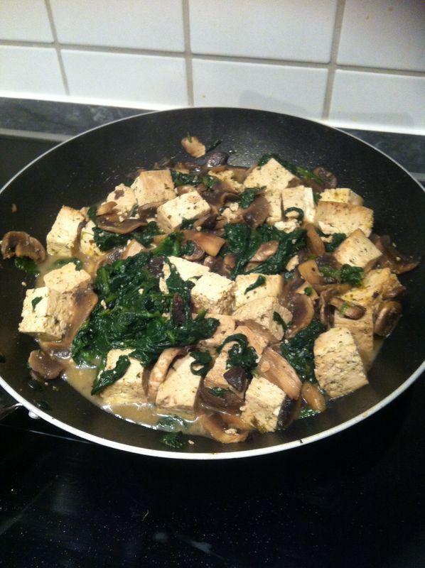Tofu saltato con funghi e spinaci